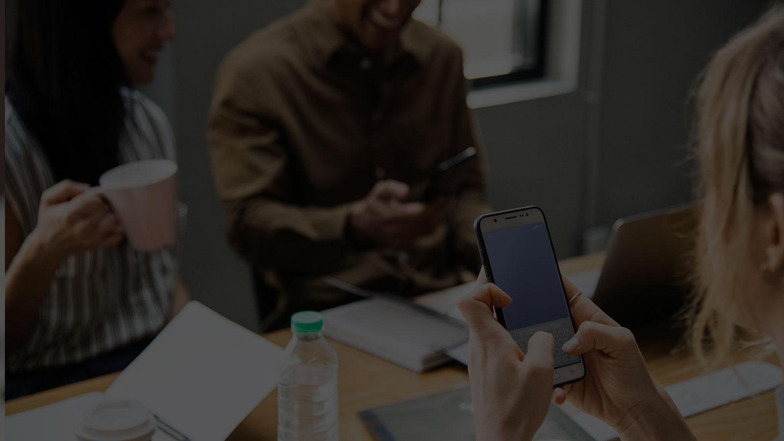 gestão de equipes externas com smartphone corporativo